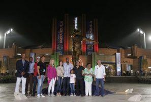 Desvelan estatua de Édgar Rentería en inauguración de estadio en Barranquilla