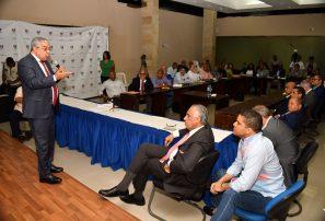 Reyes Santos llama a la planificación en conversatorio con federaciones