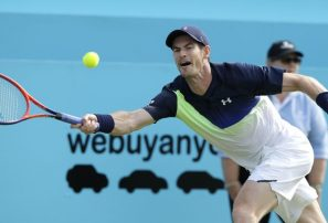 Murray cae en su regreso y Djokovic avanza en Queen's