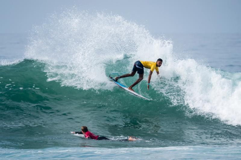 Surfistas sobresalen en condiciones épicas del World Junior Surfing