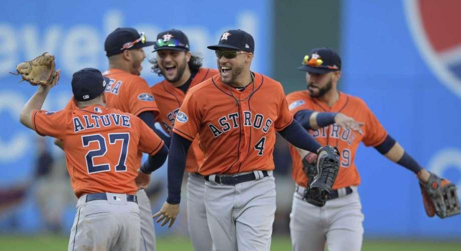 Dodgers eliminan a los Bravos y Astros barren a los Indios