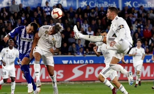 Alavés pone su granito de arena a la crisis del Real Madrid en la Liga