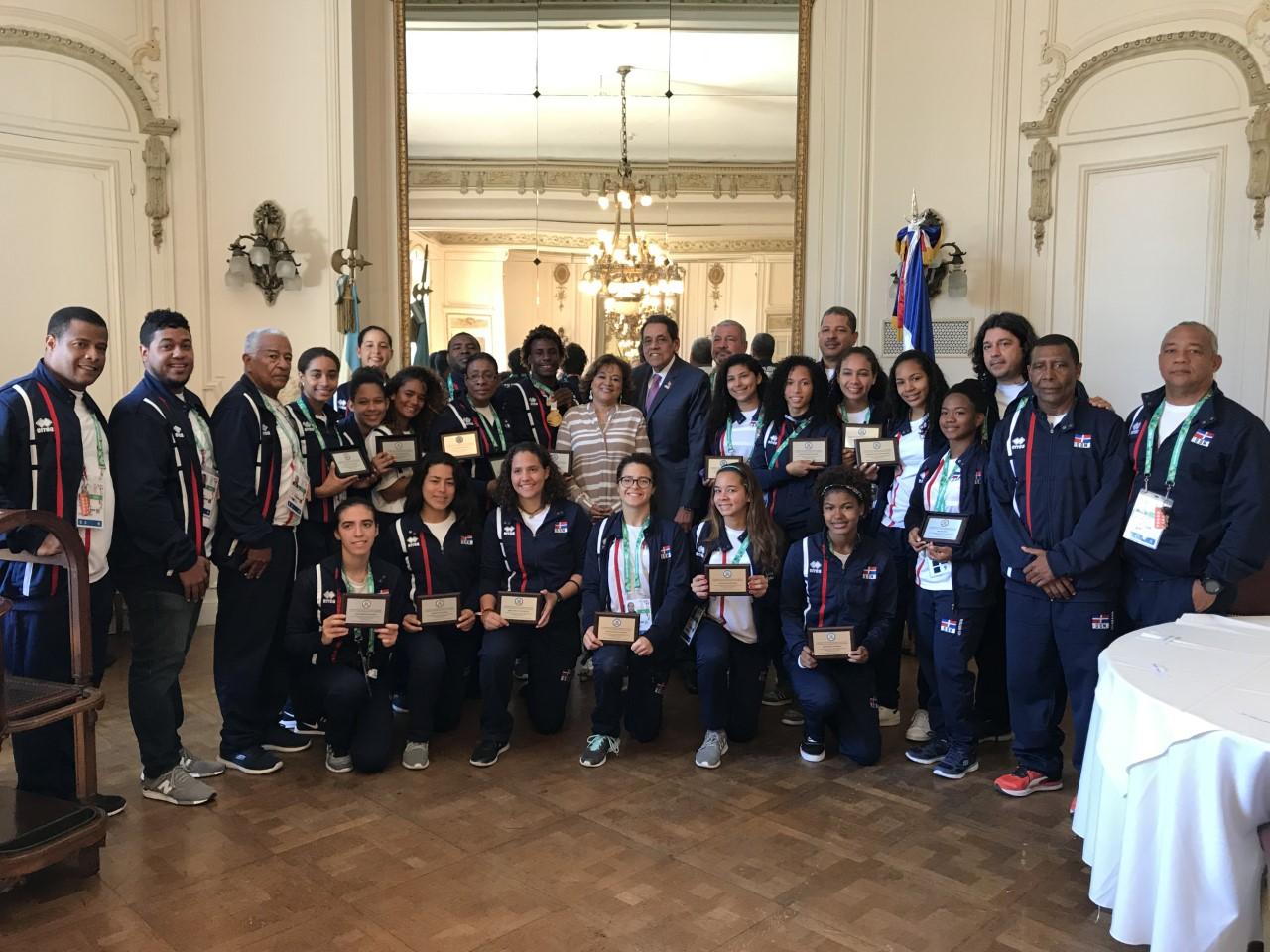 Embajador Pina Toribio agasaja delegación RD Juegos Juventud