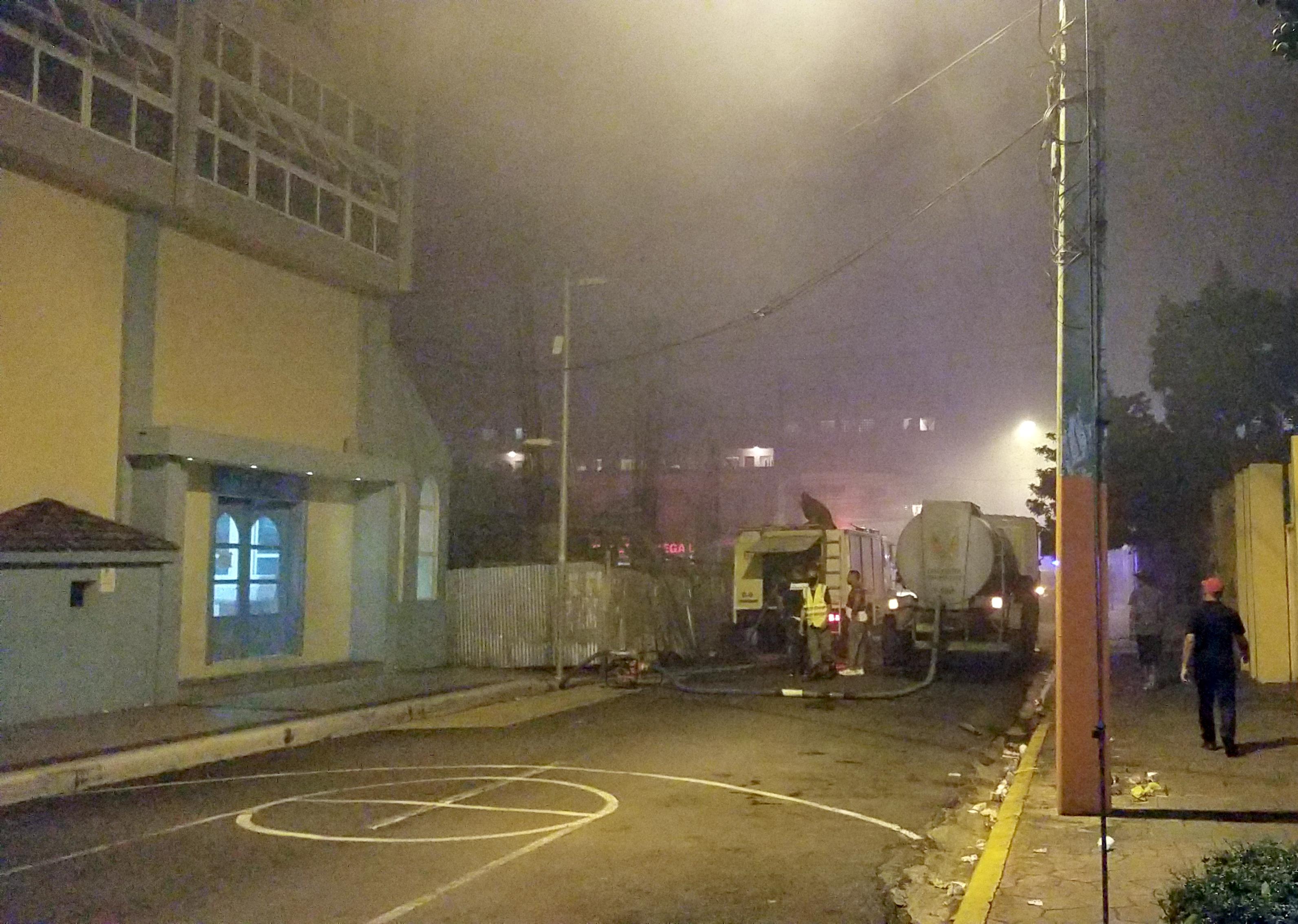 Bomberos y club Mauricio Báez se mantienen alerta ante incendio en Villa Juana