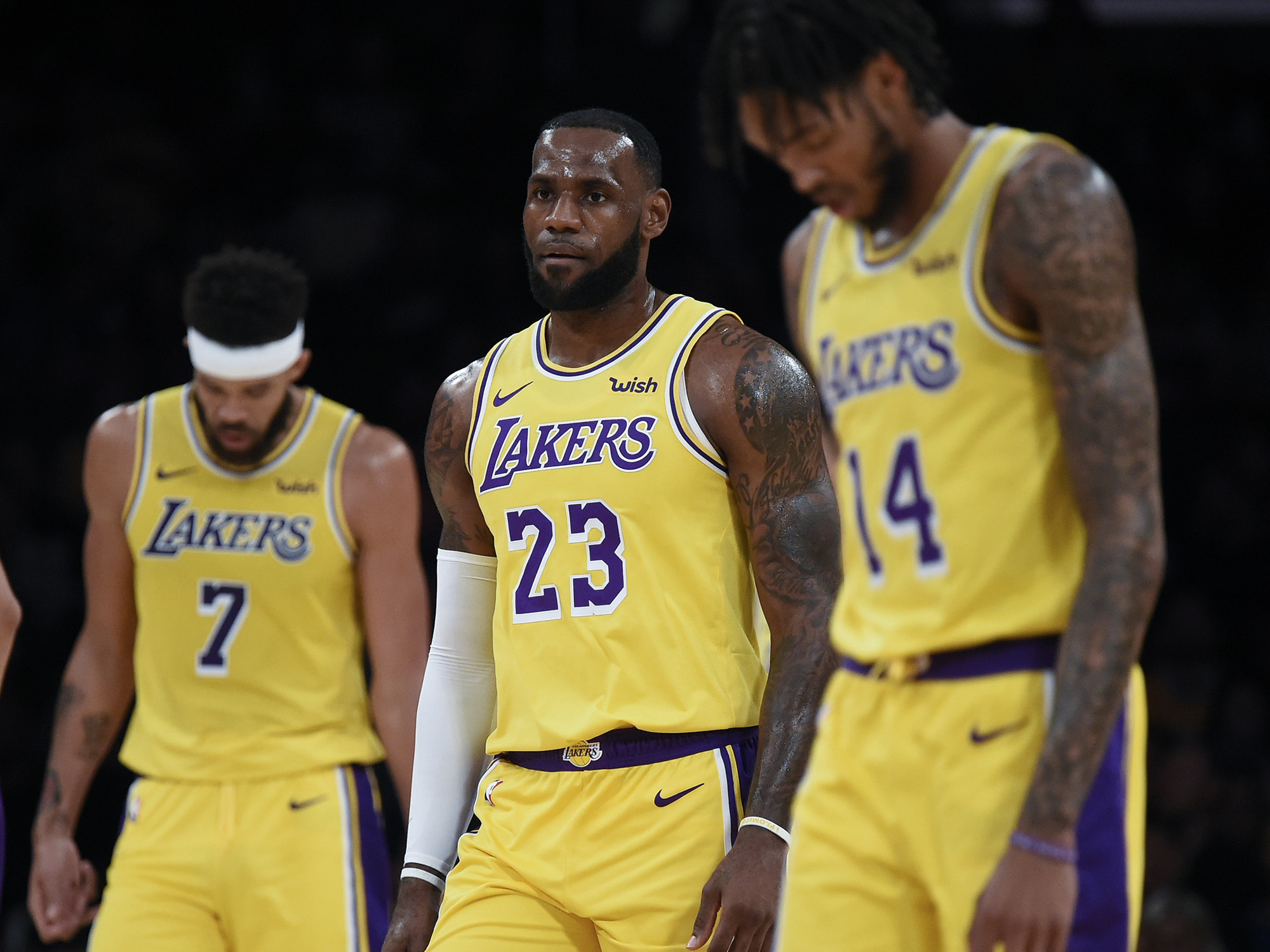 LeBron James cae en su debut con los Lakers en la temporada de la NBA