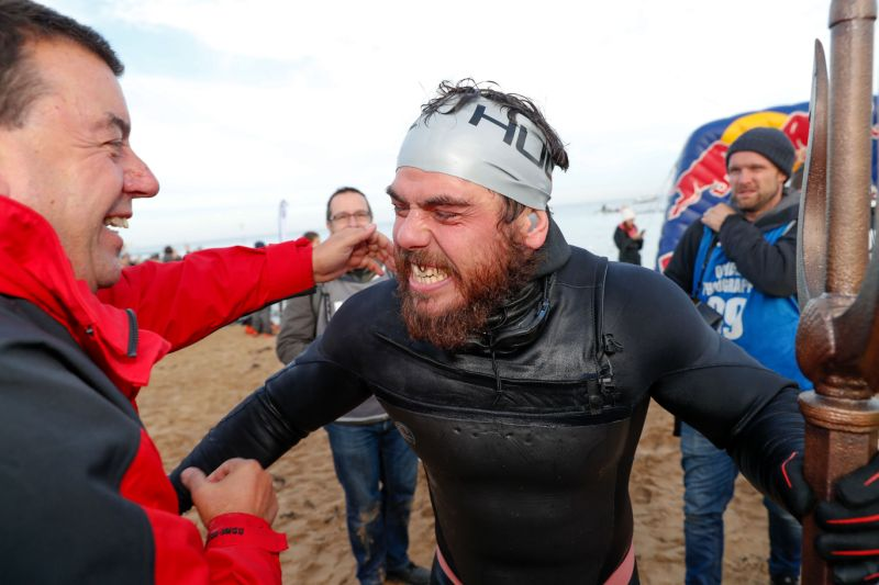 Hombre de 33 años rodea a nado Gran Bretaña por primera vez