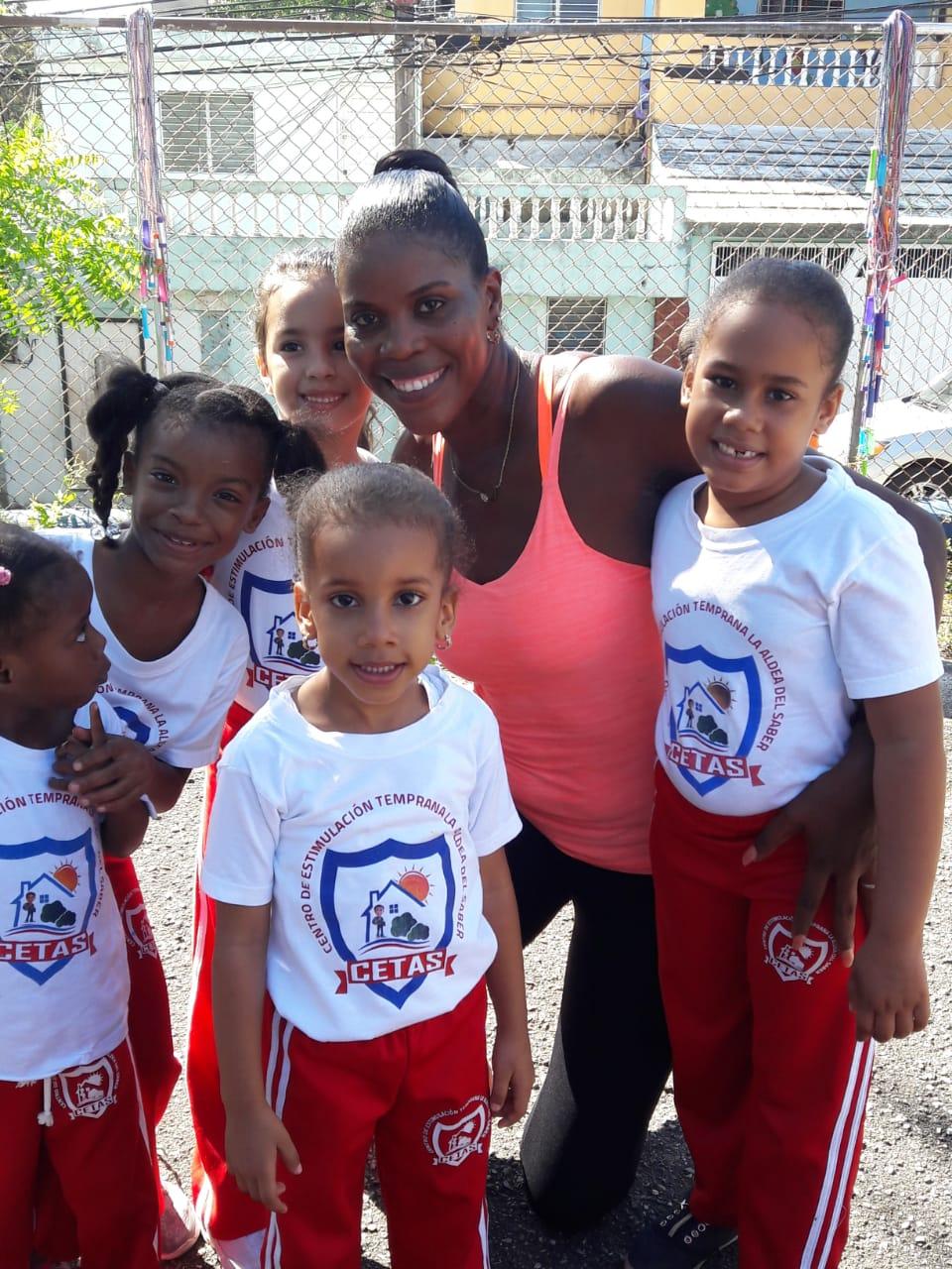 Yudelkis Bautista comparte con niños de La Aldea del Saber en el Día del Deporte