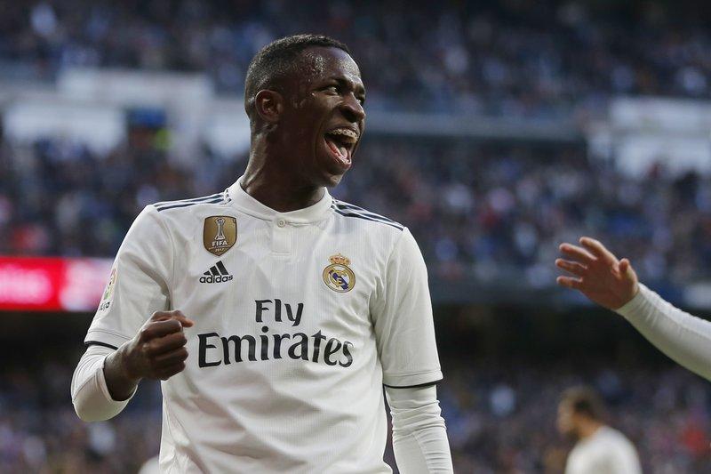 Real Madrid y Barcelona triunfan de manera agónica