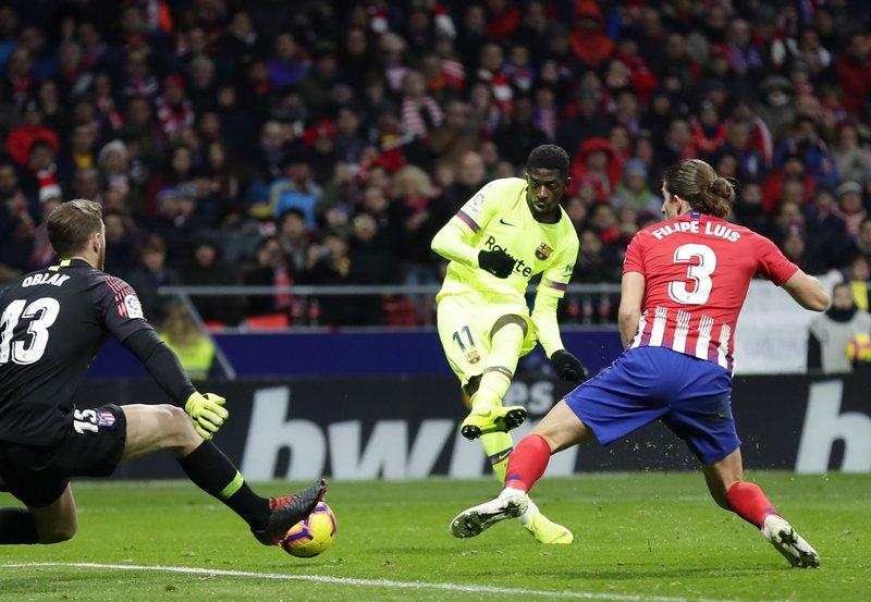 Dembelé salva al Barcelona de una derrota
