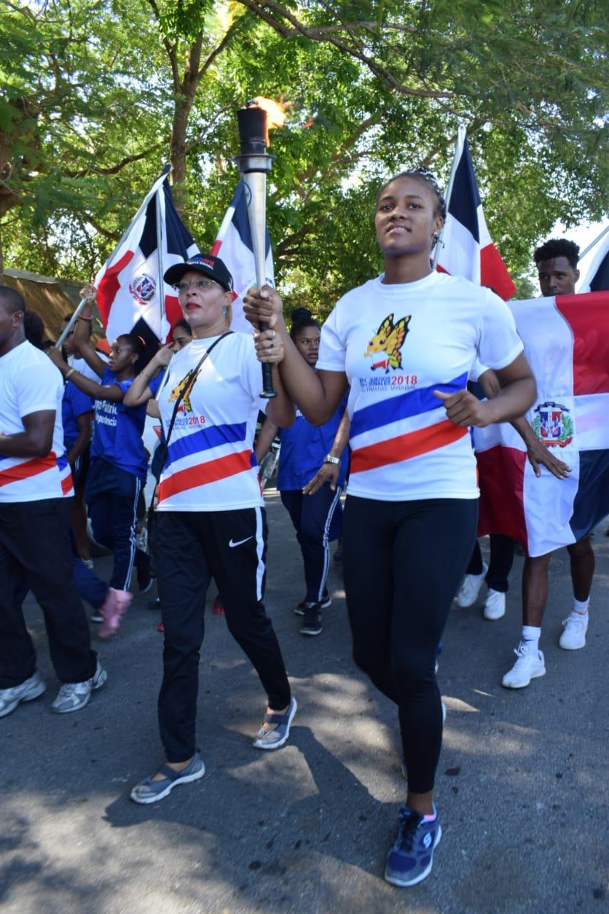 Atletas medallistas y una juez portan fuego en Jimaní y Duvergé