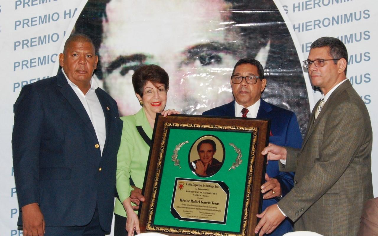 Héctor García, sorprendido al recibir Premio Hanns Hieronimus