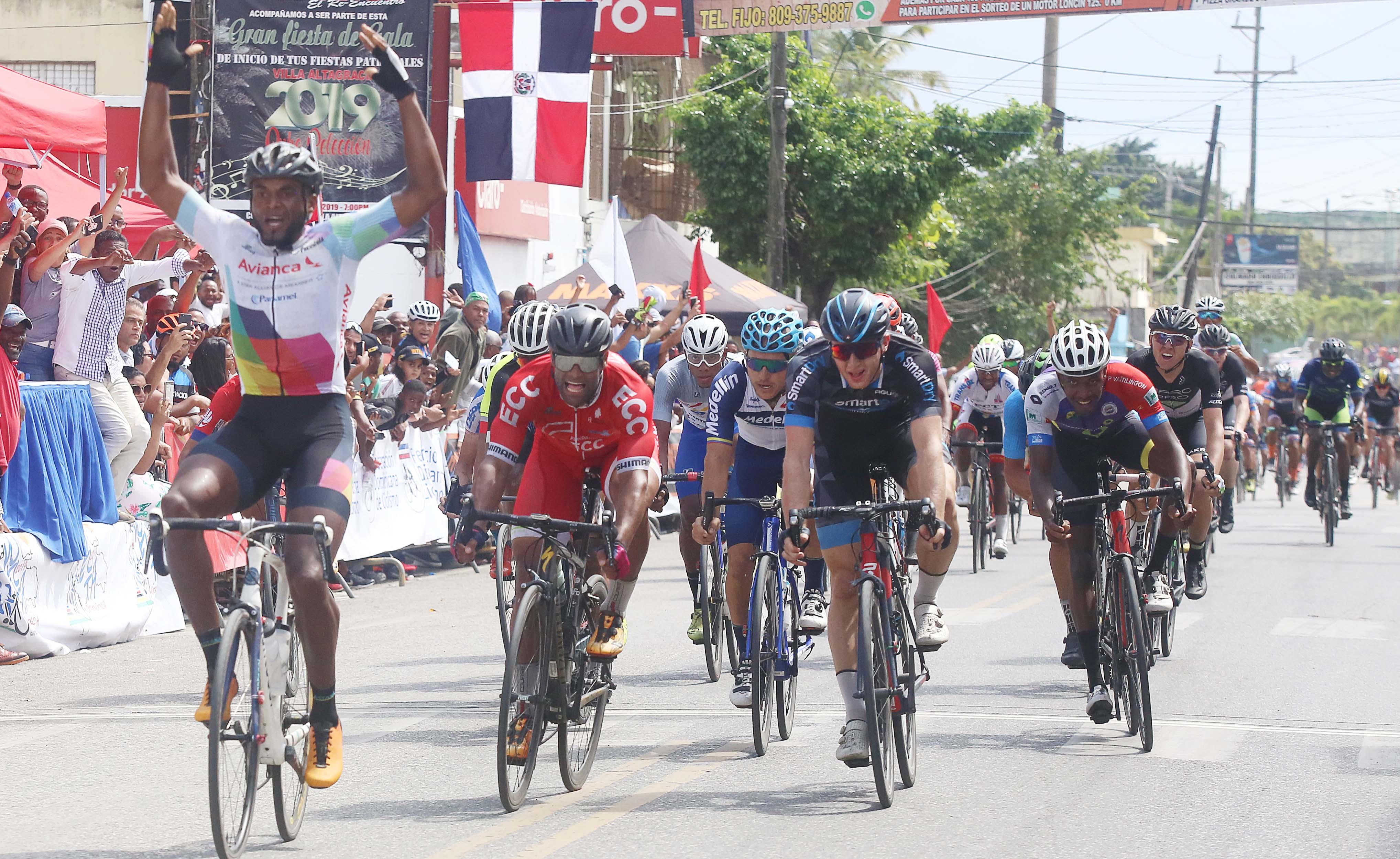 Jonathan Ogando triunfa y pone a vibrar a su pueblo Villa Altagracia en Vuelta Indepencia