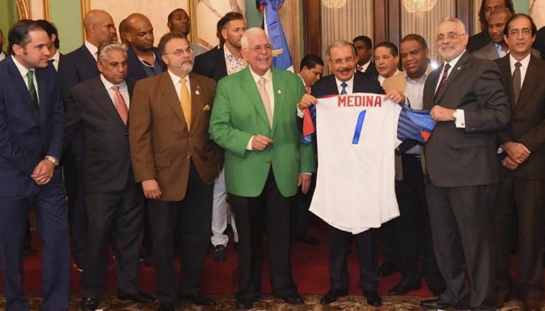 Danilo Medina entrega Bandera Nacional a las Estrellas Orientales
