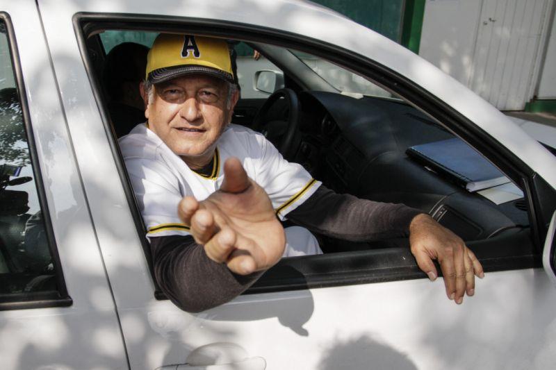 Presidente de México anuncia equipo béisbol y la Liga no lo sabía