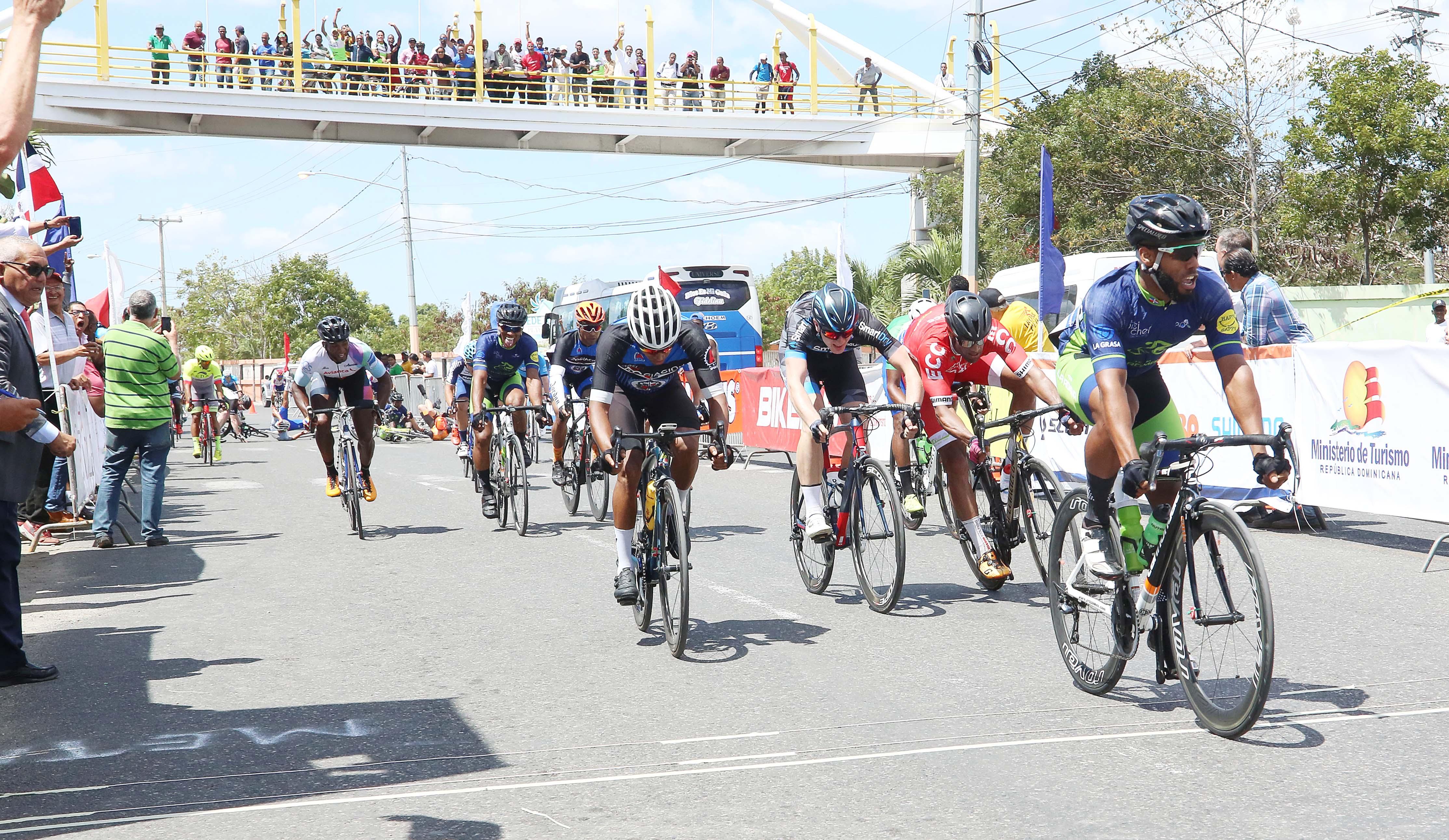 Jean Carlos Crispín gana tercera etapa de Vuelta Independencia en su propia provincia