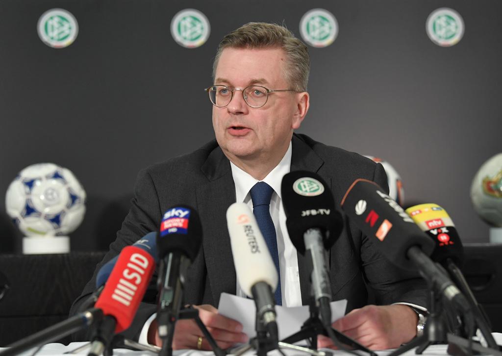 Presidente de federación alemana de fútbol presenta su renuncia por aceptar un reloj como regalo