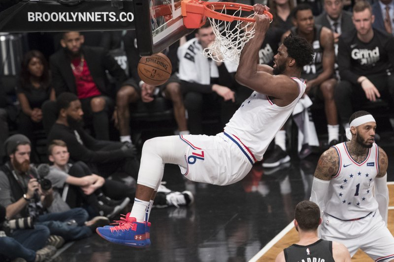 Embiid guía a Sixers sobre Nets; Nuggets empatan serie con los Spurs