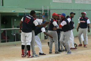 Cinco equipos avanzan a segunda ronda en softbol gubernamental