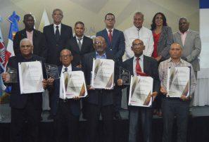 Profesores de educación física reciben medalla al mérito magisterial