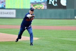Miguel Vargas realiza lanzamiento primera bola juego Twins vs Royals