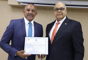 Tony Peña recibe condecoración del Consejo Nacional de Drogas