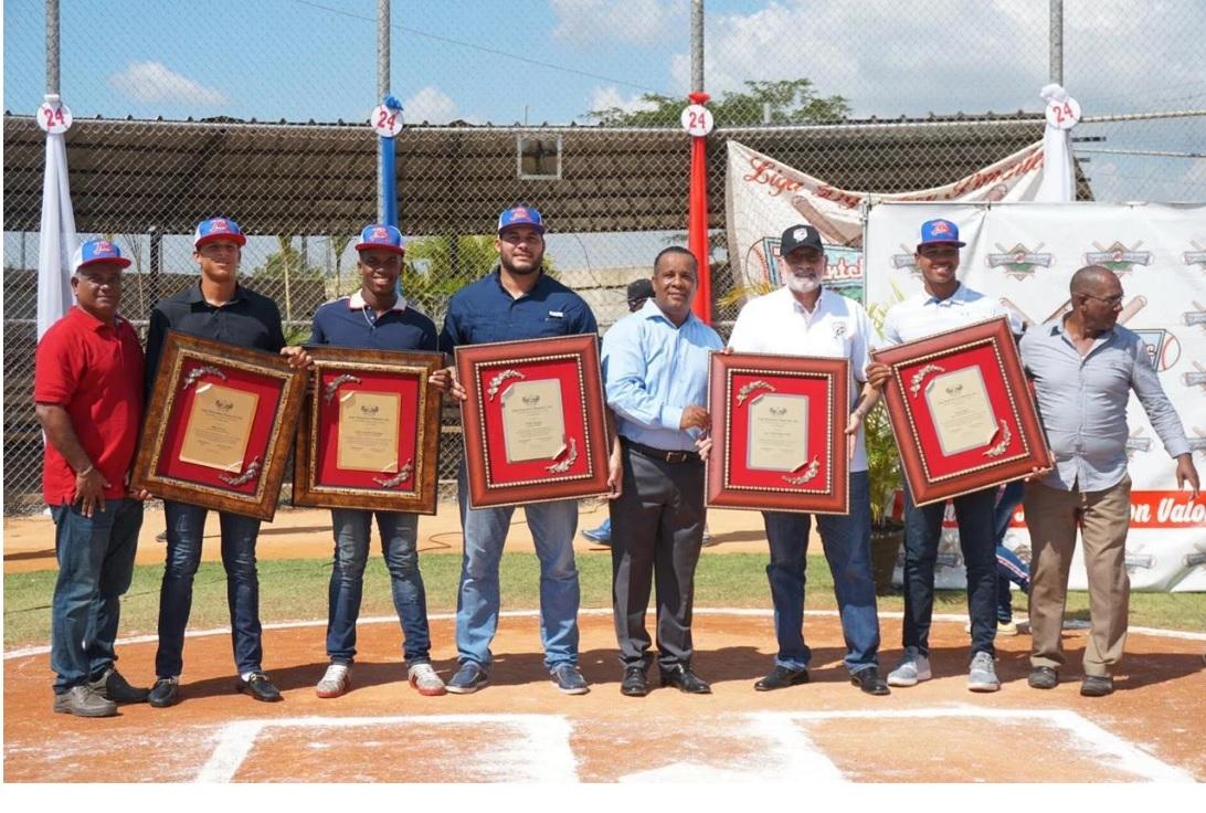 Pimentel Baseball Academy reconoce a Vitelio Mejía y Erick Almonte