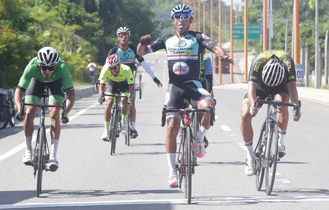 Arnold Arcolea se queda con la primera etapa en Triple 100