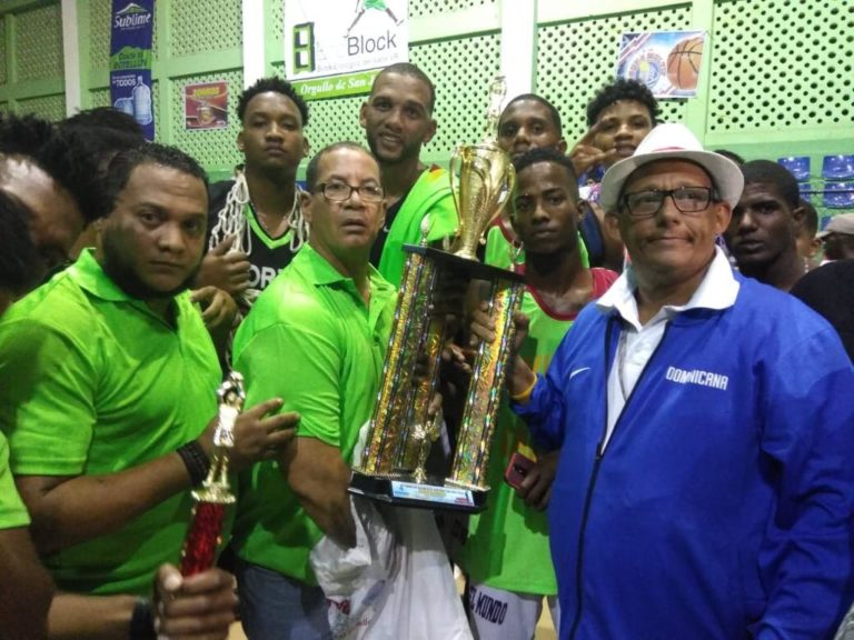 Aborigen campeón del  XV Torneo de Baloncesto Superior de San Juan