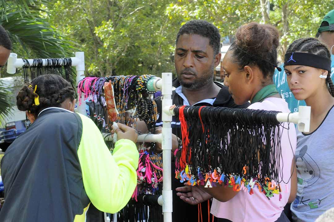 Los vendedores informales hacen presencia en los Juegos Escolares