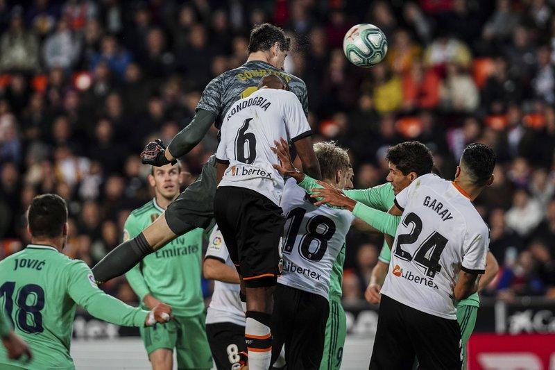 Cabezazo de Courtois salva a Real Madrid de derrota