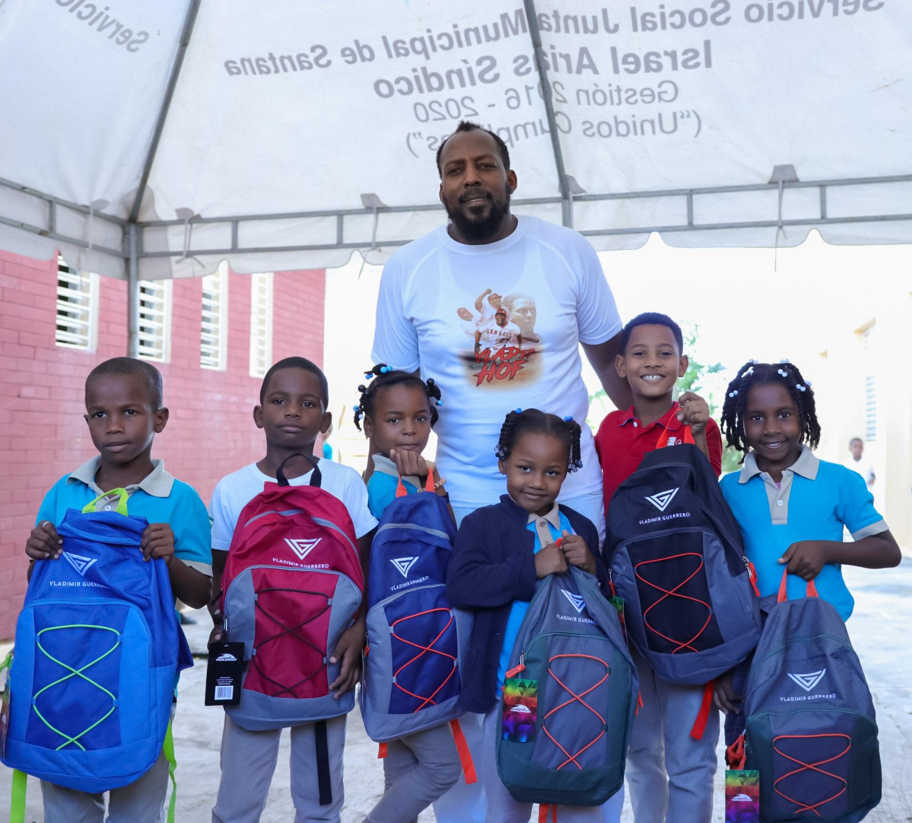 Vladimir Guerrero entrega útiles escolares en Nizao