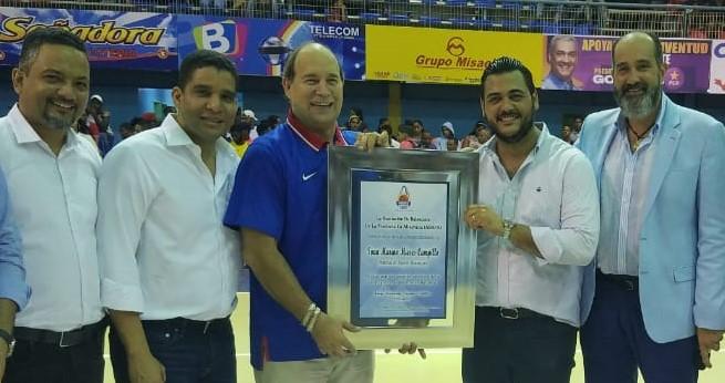 San José y club Centro triunfan en baloncesto superior de Higüey; Abapa reconoce a Ivan Mieses