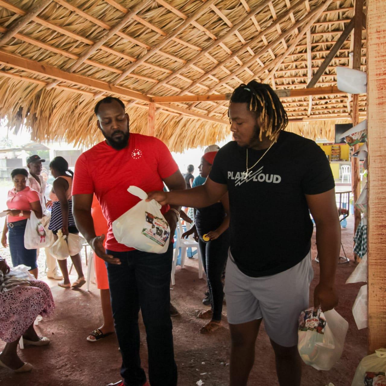 Vladimir Guerreo lleva alimentos a personas en Don Gregorio previo a Nochebuena