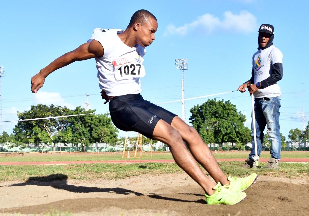 Este suma tres medallas de oro en el atletismo Juegos Escolares
