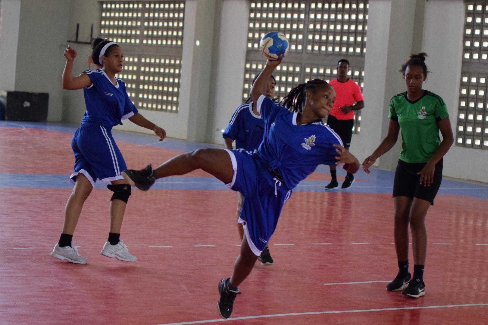 Esteysi Burgos y Yafreisi Natera se destacan en inicio de balonmano Juego Escolares