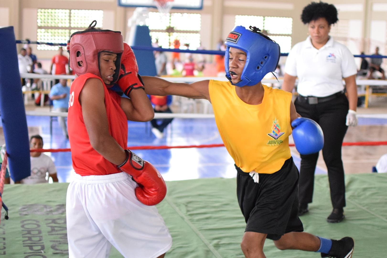 Dominguez, Echavarría y Ogando ganan en inicio de boxeo Juegos Escolares