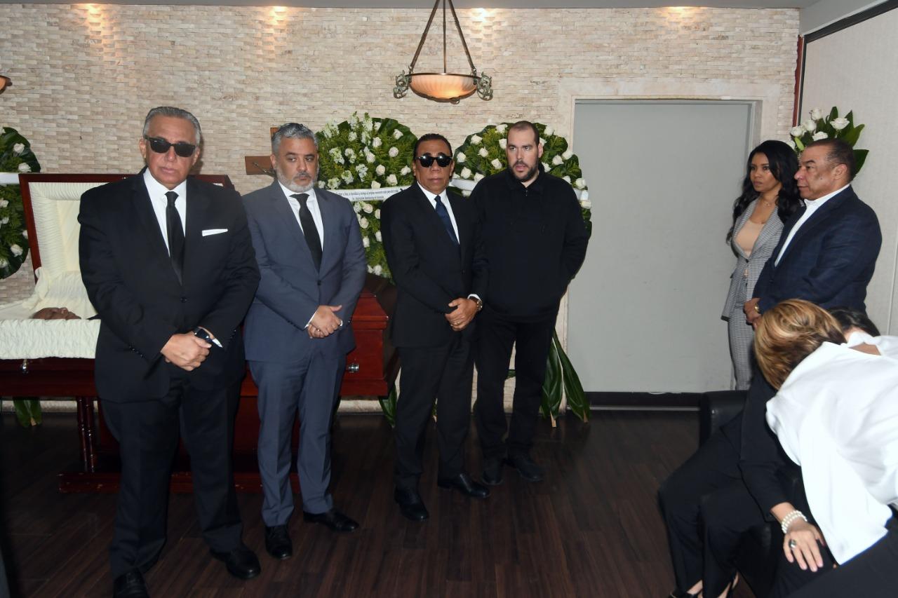 Presidente Danilo Medina va a funeraria a dar pésame a familia Mejía Oviedo