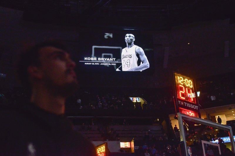 Rinden tributo a Kobe Bryant; figuras del baloncesto y el espectáculo consternados