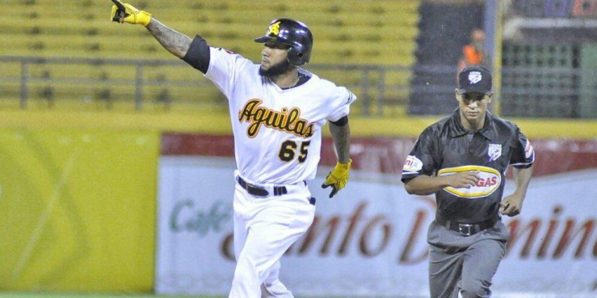 Ronny Rodríguez jugará con las Águilas si consigue traer a su familia