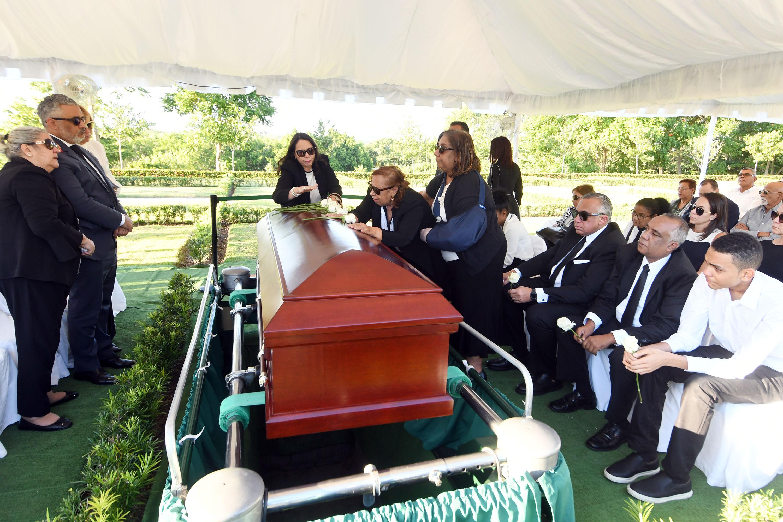 Sepultan los restos de José Ernesto, hermano de Luis Mejía
