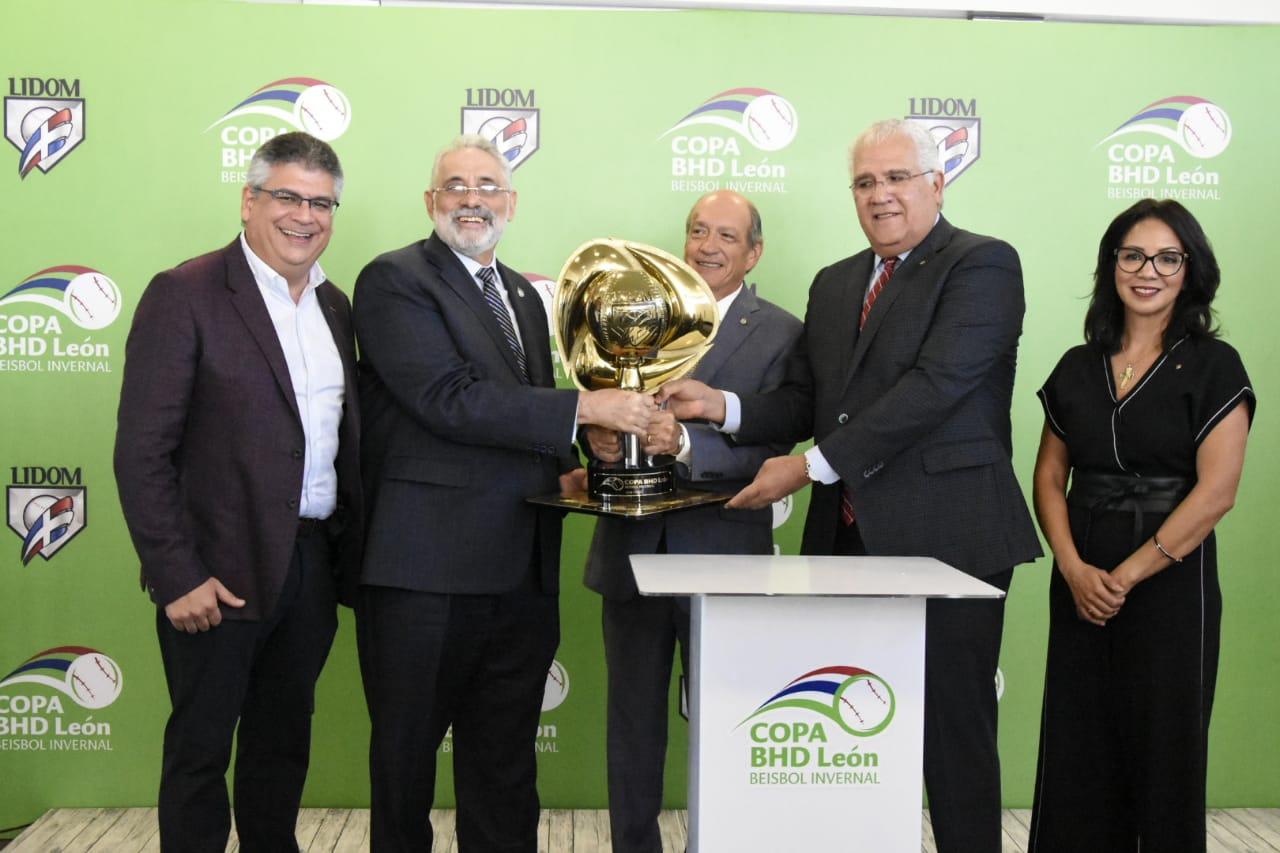 Presentan Copa de campeón del torneo; premian ganadores