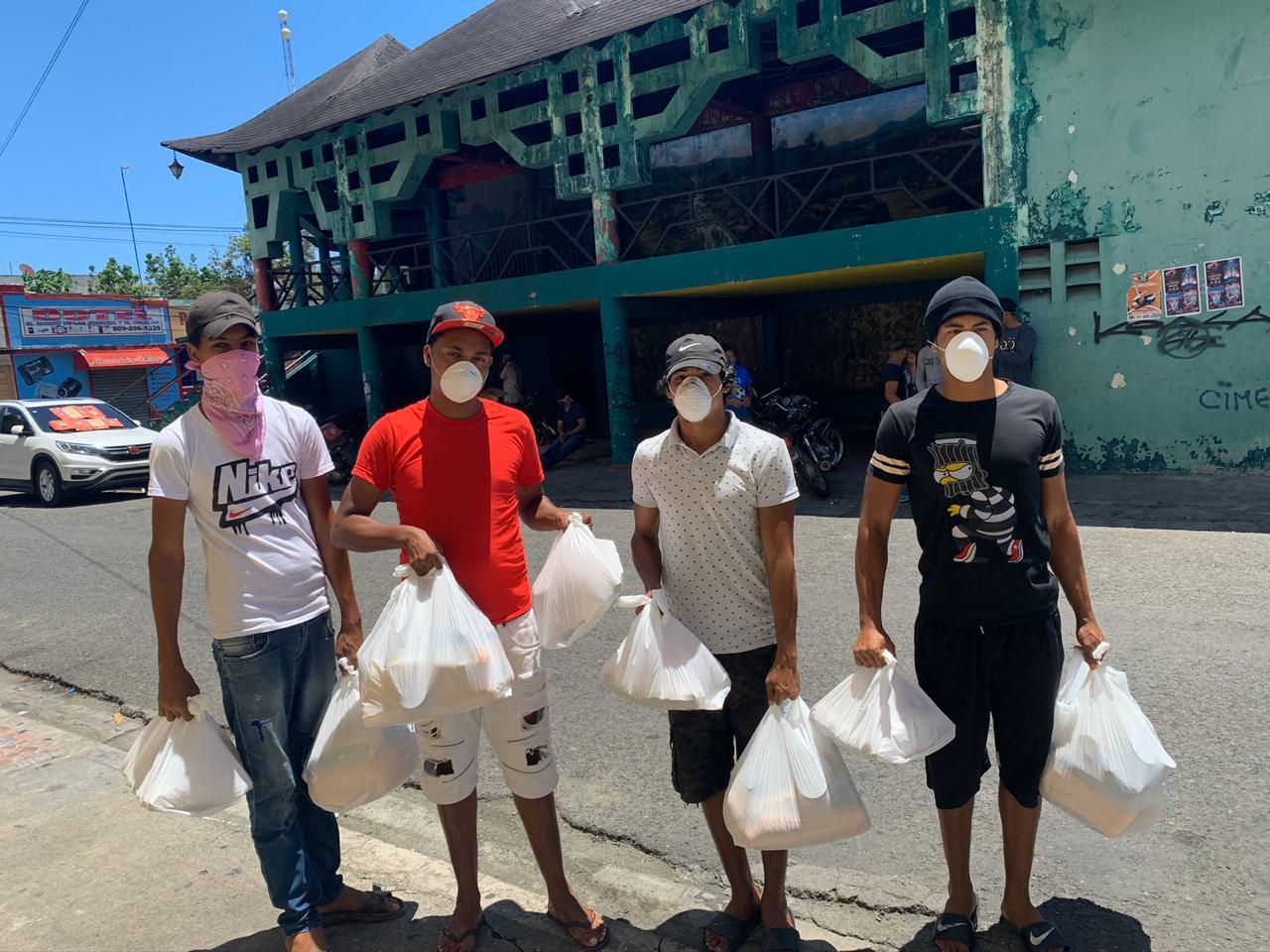 Bonao Golf Club entrega kits de alimentos a caddies