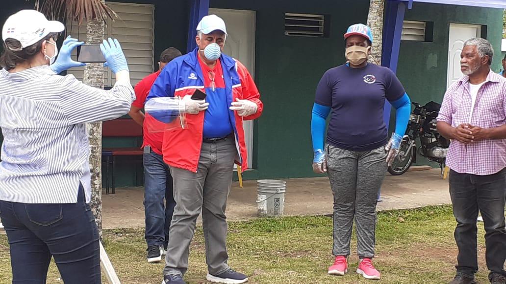 COD y atletas entregan alimentos en Los Guaricanos y Bayaguana