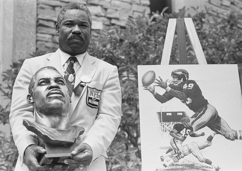 Fallece Bobby Mitchell, primer negro en accionar con los Redskins