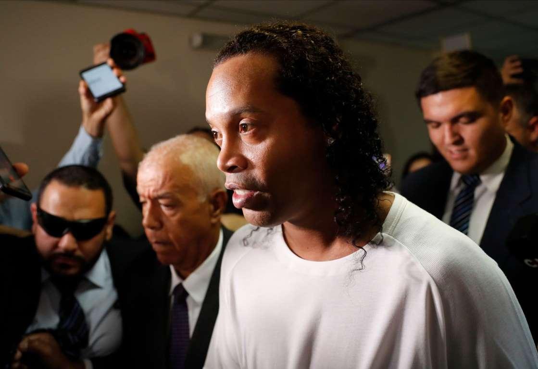 Ronaldinho paga fianza y sale de cárcel; planean sacarlo de videojuego