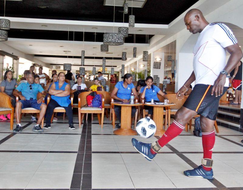 Recordista cubano supera marca dominio balón con toques de cabeza