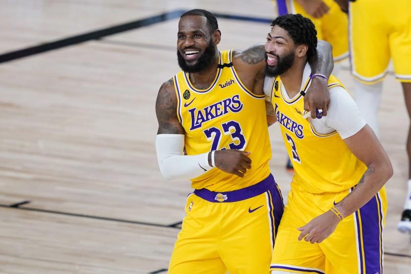 Lakers vencen a Rockets y se colocan a una victoria de la próxima ronda