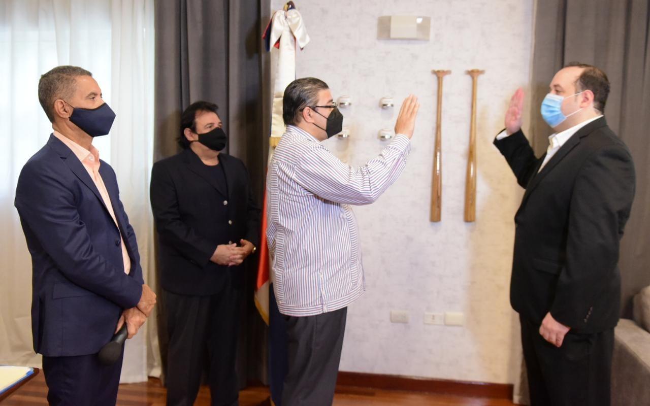 Ministro Deportes juramenta Comisionado de Artes Marciales Mixtas