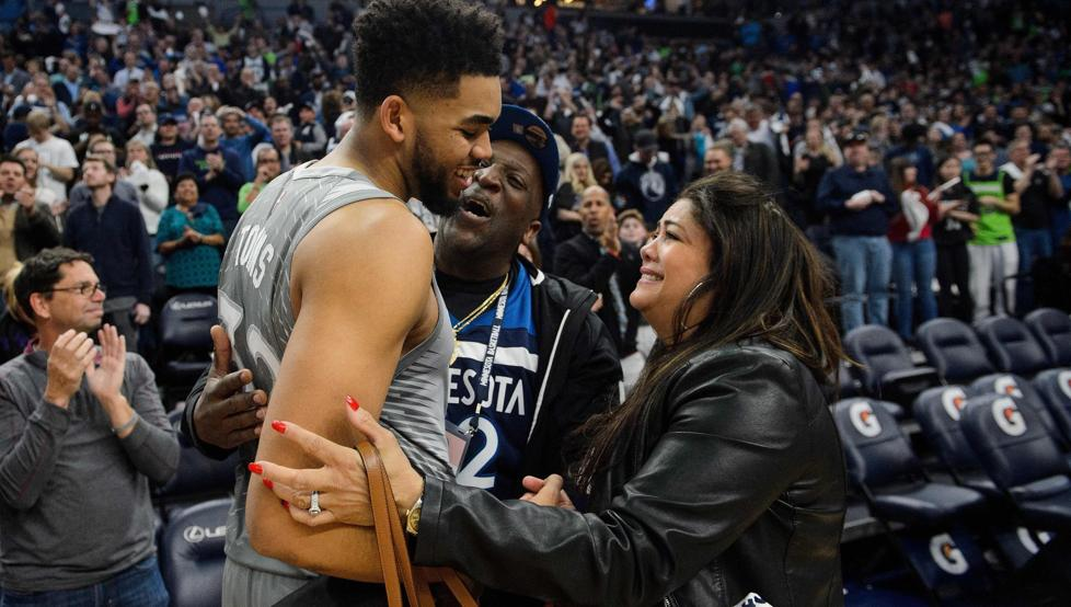 Fedombal rinde homenaje a madre de Karl Towns