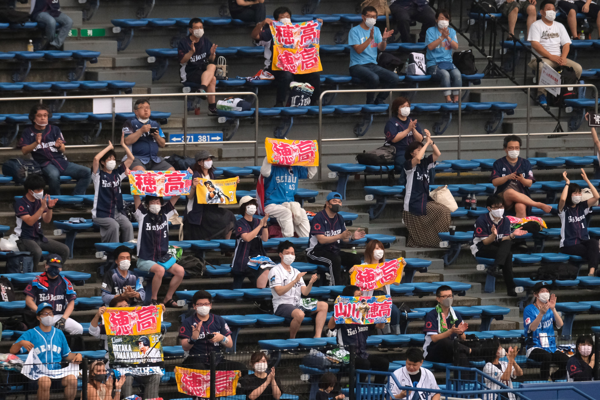 Espectadores asisten a actividades deportivas mientras Japón alivia medidas